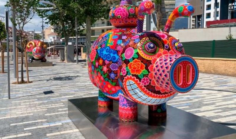 "Vibrant ""Galaxia Hung"" sculptures in Benidorm plazas until July 12"
